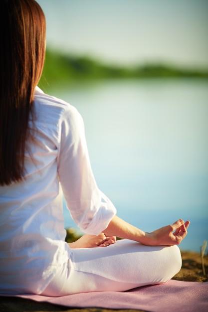 mujer-saludable-practicando-yoga-en-posicion-del-loto_1098-1431